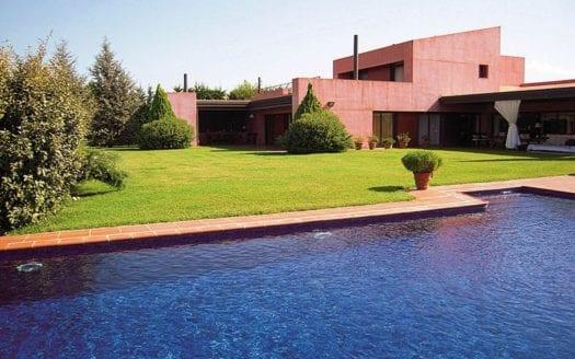 sicht-auf-villa-golf-peralada-pool-garten